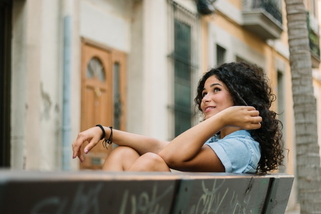 ベンチに座っている思いやりのある女の子