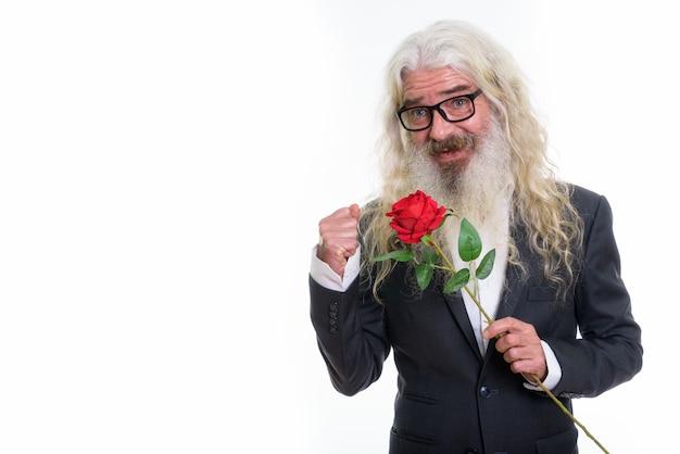 Задумчивый счастливый старший бородатый бизнесмен улыбается