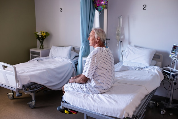 病棟に座っている思いやりのある男性上級患者