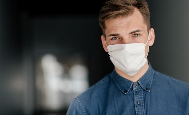 Вдумчивый мужчина в защитной маске.