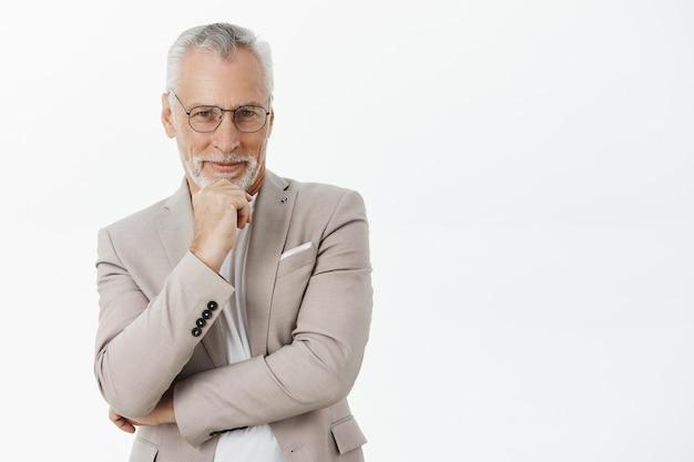 Вдумчивый старший бизнесмен принимает решение, думает или размышляет