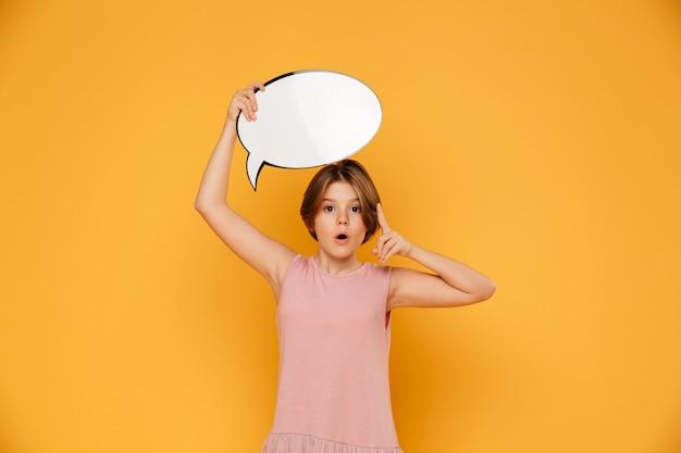 分離された頭の上にバブルのスピーチを保持している思いやりのある深刻な女の子