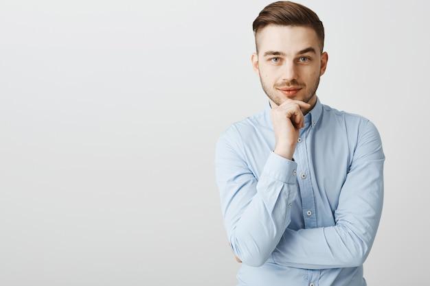 Uomo d'affari astuto premuroso che pensa e che guarda, meditando nuove idee