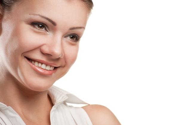 白い背景の上に分離された思いやりのある笑顔のビジネス女性の肖像画