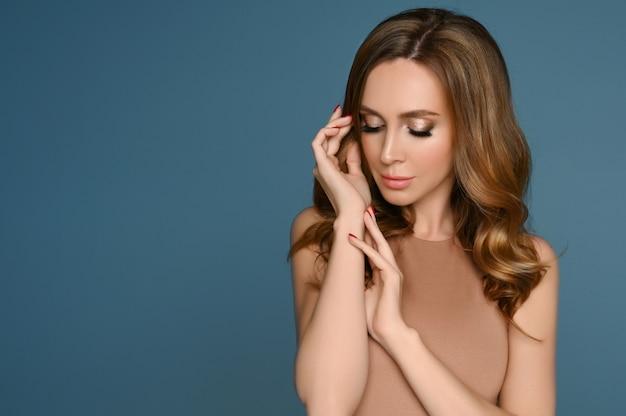 Задумчивая, привлекательная молодая леди с макияжем и идеальной прической