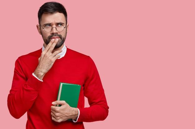 사려 깊고 형태가없는 남자는 턱에 손을 대고 은밀하게 바라보고 회의 정보를 분석합니다.