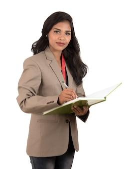 책을 들고 사려 깊은 여자 학생, 교사 또는 비즈니스 아가씨. 흰색 배경에 고립