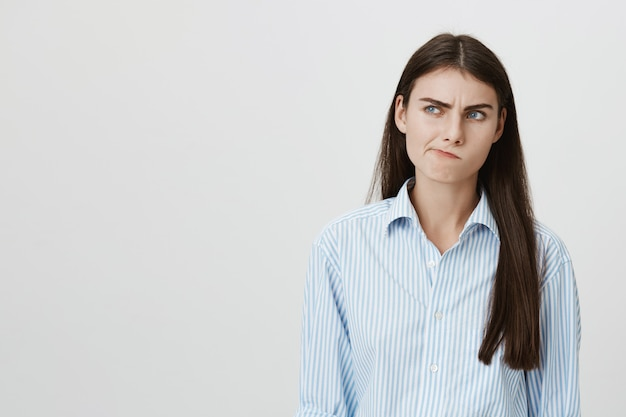 Задумчивая женщина думает, принимает решение