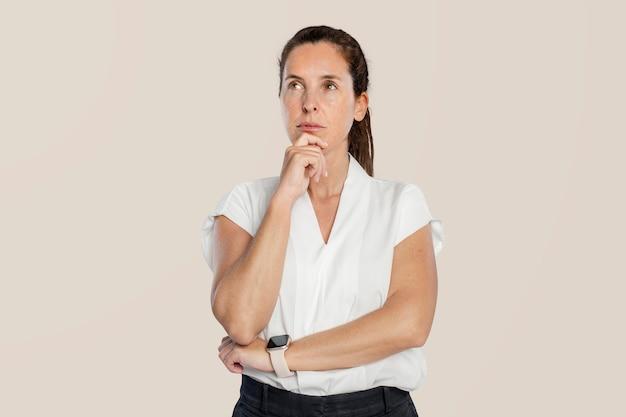 Задумчивая женщина, касаясь ее подбородка