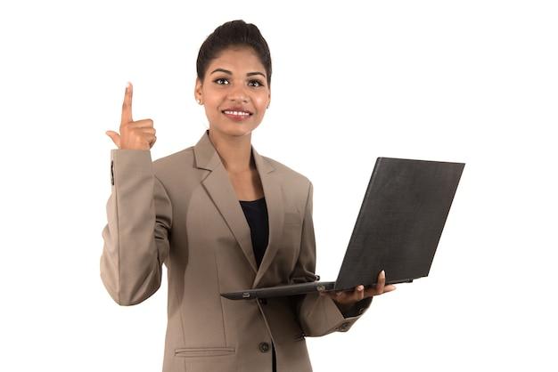Задумчивая женщина с ноутбуком - изолированные на белом фоне
