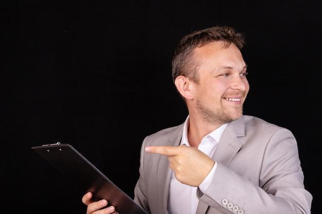 ビジネス問題の解決策を懸命に考えてスーツで思いやりのある青年実業家