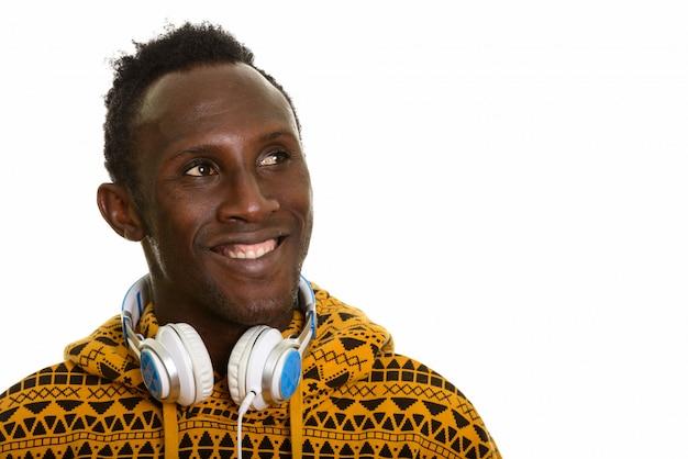 思いやりのある若い幸せなアフリカ人笑顔とヘッドフォンを着用