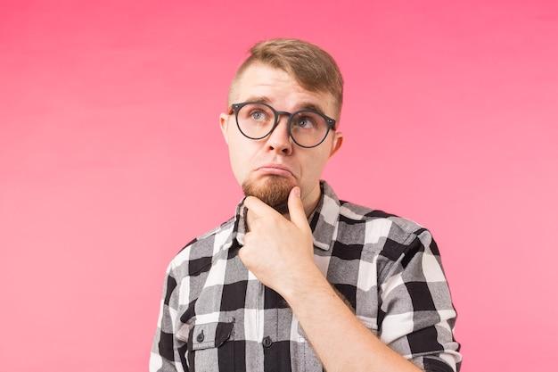 Задумчивый молодой человек над розовым
