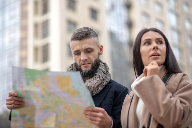 街で迷子になりながら道を見つけようとする思いやりのある若者たち