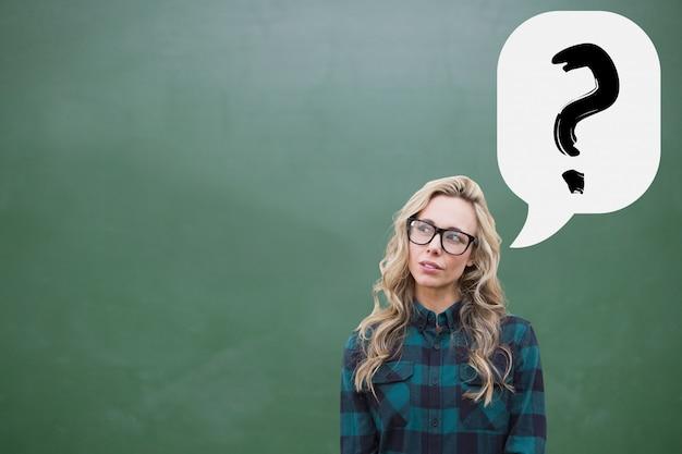 Продуманный молодая женщина со знаком вопроса