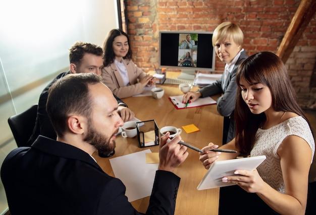 Мысли. молодые люди разговаривают, работают в режиме видеоконференции с коллегами, коллегами в офисе или гостиной. интернет-бизнес, обучение при утеплении, карантин. работа, финансы, техническая концепция.