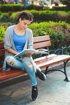 책을 읽고 thouhtful 아름 다운 아프리카 소녀