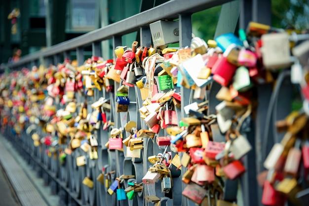 フランクフルトアムマインの鉄橋のレールにロックされた数千の愛の南京錠。