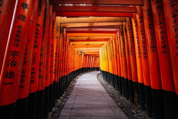 Тысячи красных ворот тории в храме фусими инари тайся в киото, япония