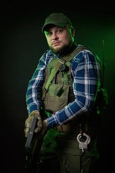 装甲と武器を持ったfbi捜査官