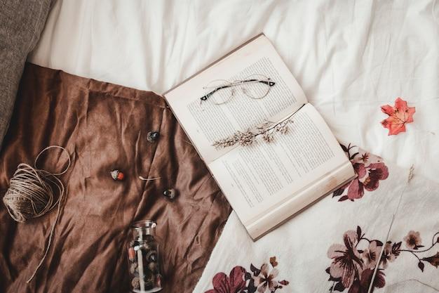 Нить и желуди возле книги