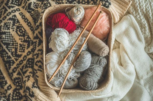 Нитки для вязания в корзине крупным планом. вязание для души. аксессуары для вязания.