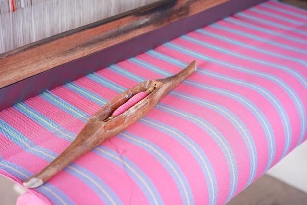 스레드 롤은 태국 예술을 만드는 면직물에 사용하기 위해 나무로 만든 장치입니다.