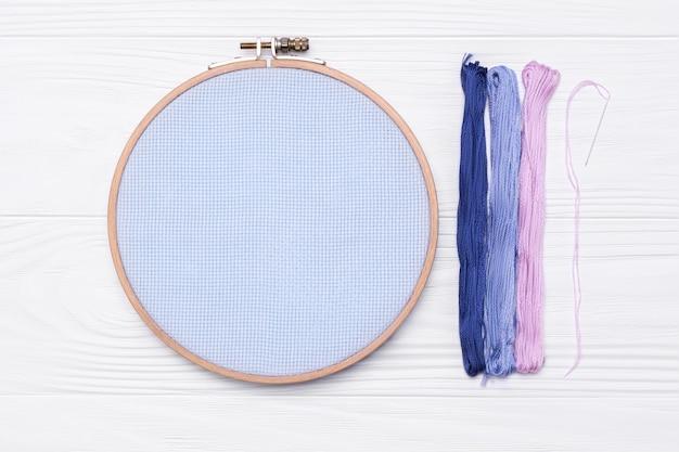 糸、刺繡用のフープ、白地に帆布と針