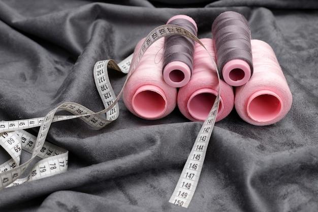 灰色の布の糸とセンチメートル。針子