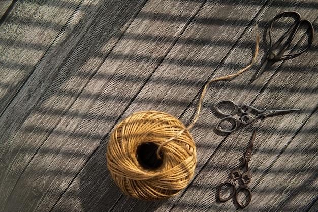 木の底にある糸とはさみ