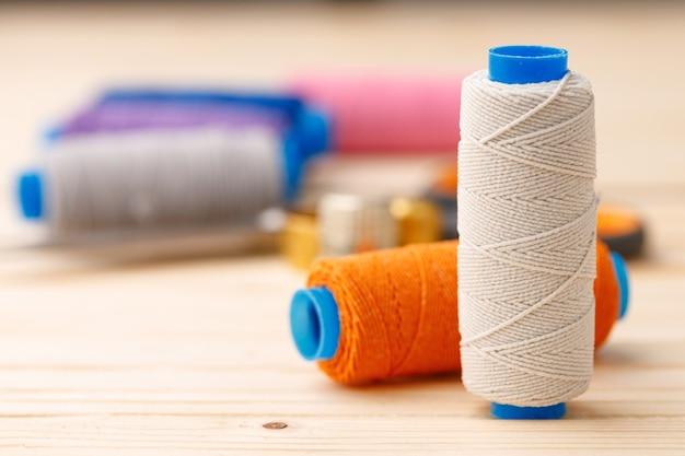 木製テーブルの糸と裁縫小物