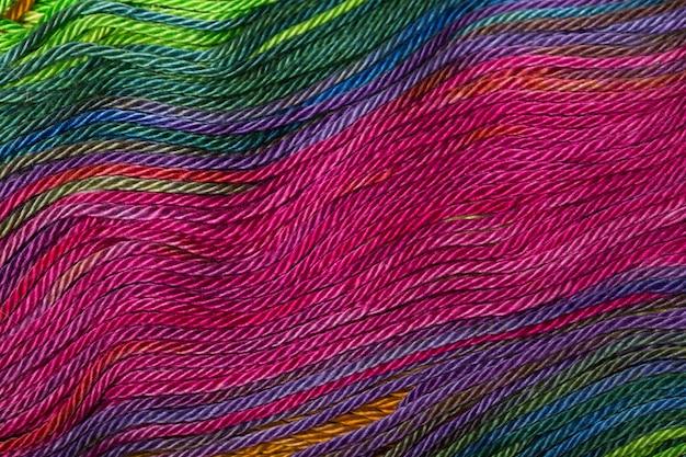 コイルに密に巻き上げられた糸