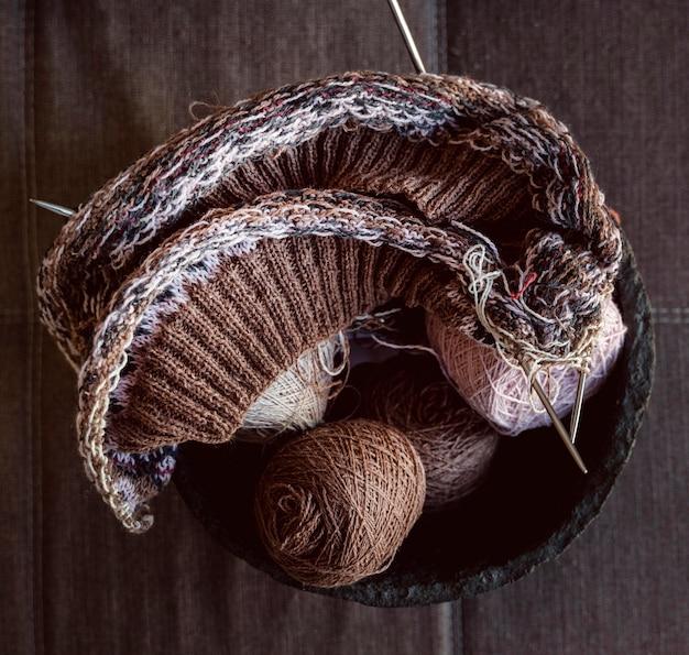 Fili e accessori per cucire in una vista dall'alto del cestino