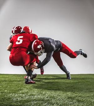 I tre giocatori di football americano in azione