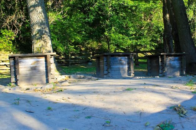 숲, 우크라이나에 있는 3개의 골동품 나무 우물