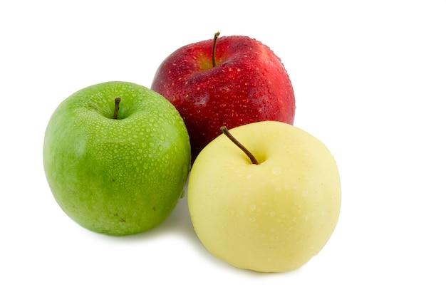 Три яблока в форме светофора, на белом фоне. изолированные