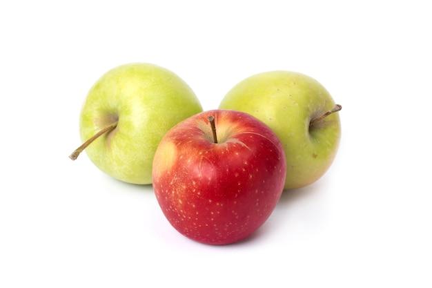 흰색 배경에 세 개의 사과 흰색 배경에 하나의 빨간색이 있는 두 개의 녹색 사과