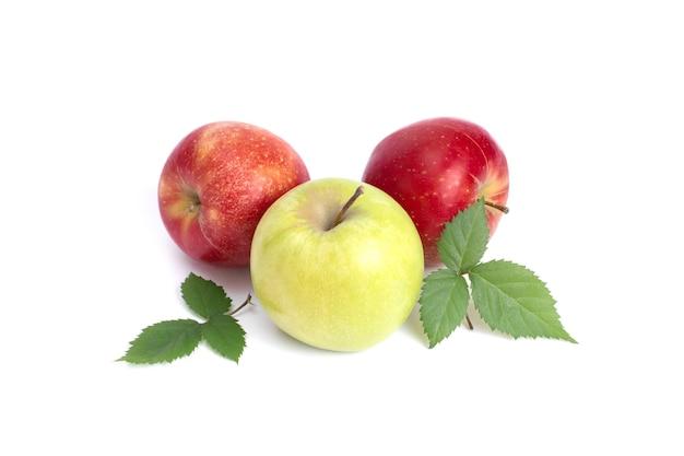 흰색 배경에 세 개의 사과 흰색 배경에 하나의 녹색이 있는 두 개의 빨간 사과