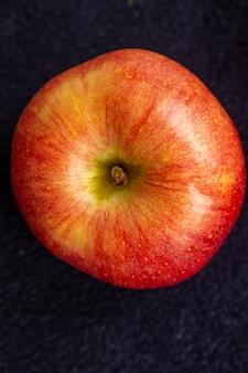 3 개의 사과, 1 개의 녹색과 2 개의 빨간색과 노란색은 어둠에.