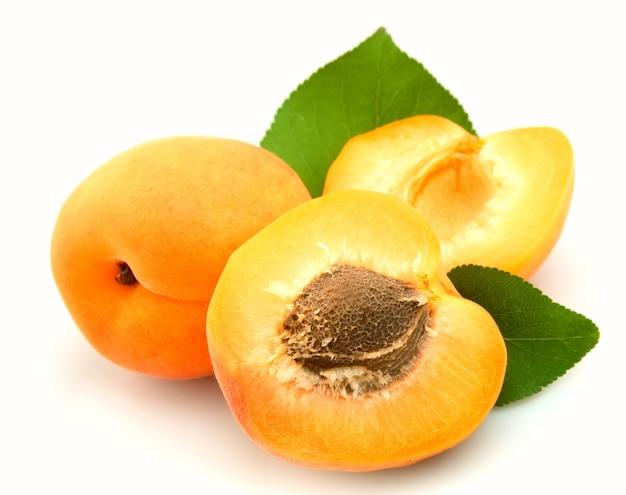 Три абрикоса на белом