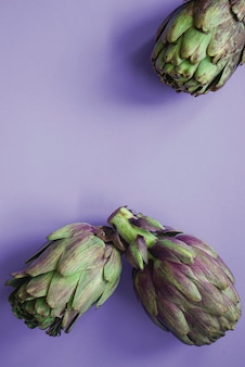 紫色の表面に3つのアーティチョーク。