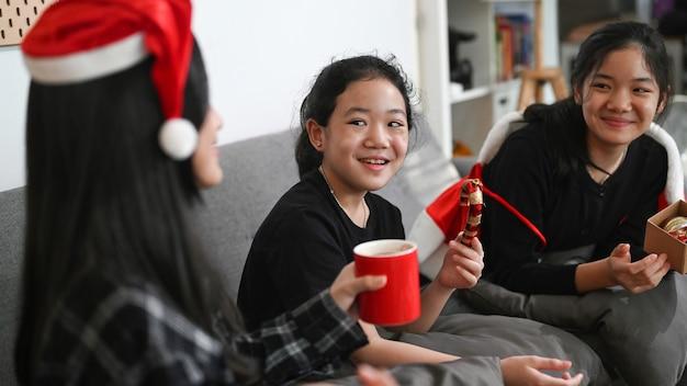 家で一緒にクリスマスを祝う3人のアジアの子供たち。