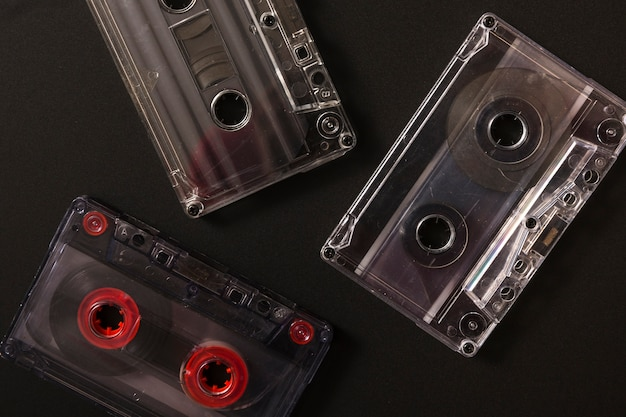 검은 배경에 3 개의 오디오 카세트 테이프