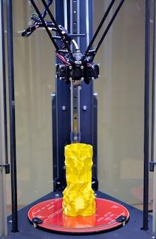 3축 3d 프린터와 노란색 모델