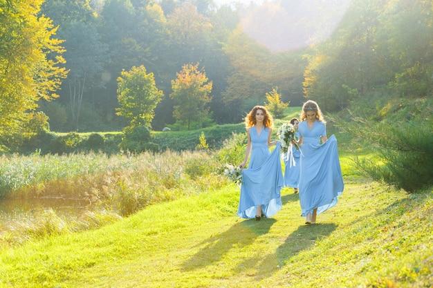 結婚式の日に公園で3人の美しい花嫁介添人