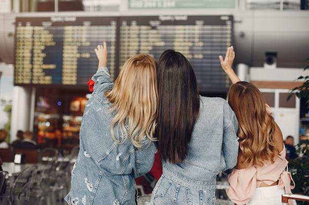 공항에 의해 서 세 아름다운 소녀