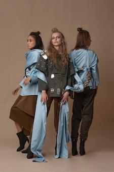 함께 포즈를 취하는 몽골 복장의 세 가지 아름다운 모델