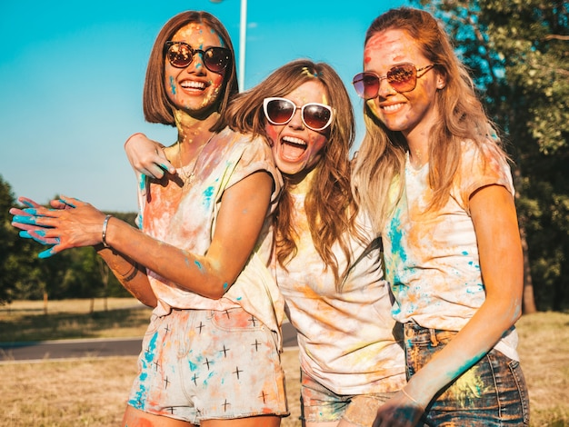 Holi 파티에서 포즈 세 아름다운 웃는 여자