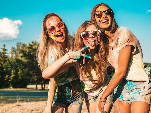 ホーリーパーティーでポーズ3つの美しい笑顔の女の子