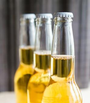 3本のビール瓶がクローズアップ
